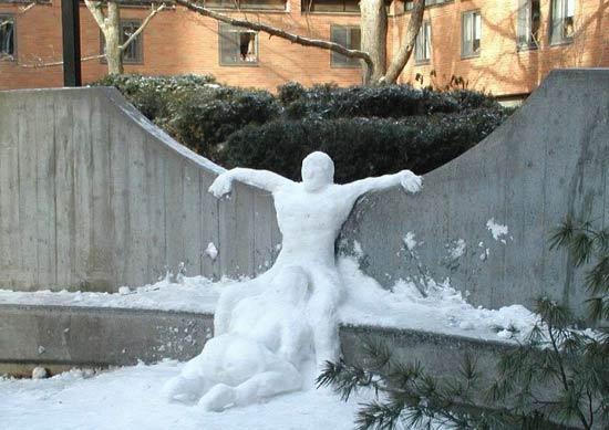 Взрослые тоже лепят снеговиков