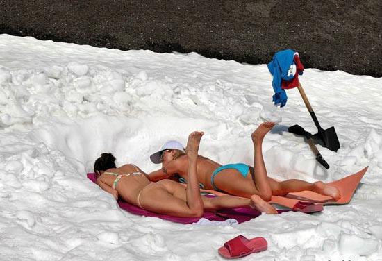 Горячие девушки загорают зимой