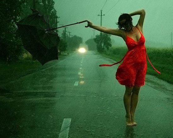 Горячая девчонка любить охладиться под дождем