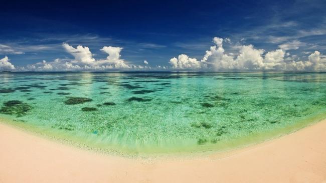 Золотой пляж на берегу изумрудного моря