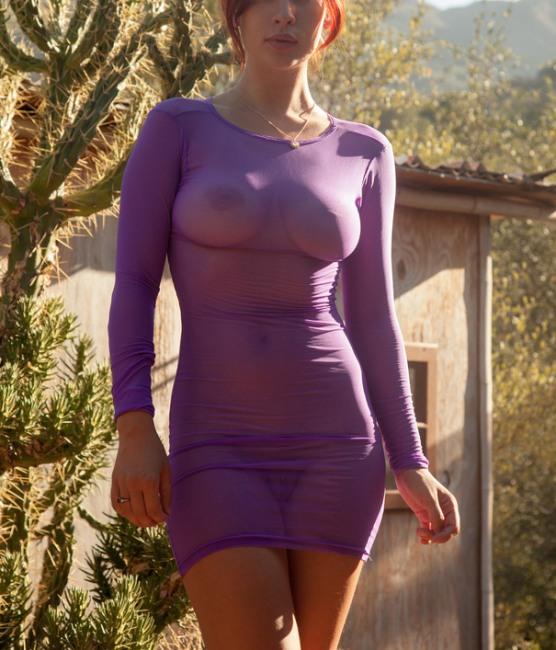 Прозрачное платье демонстрирует все прелести