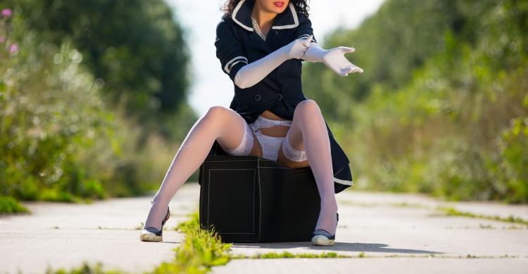 Девушка в белых перчатках, трусах и колготках