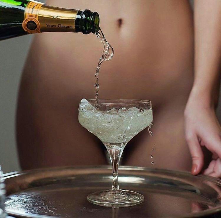 Бокал шампанского как прелюдия к сексу