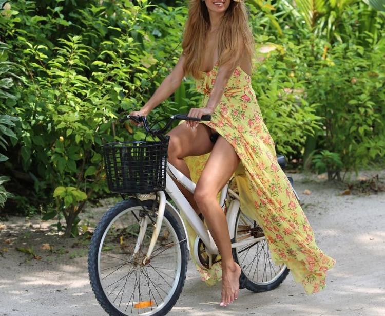 Велосипедистка в длинном платье но без трусов