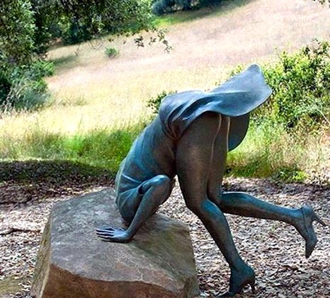 Статуя с задранной юбкой