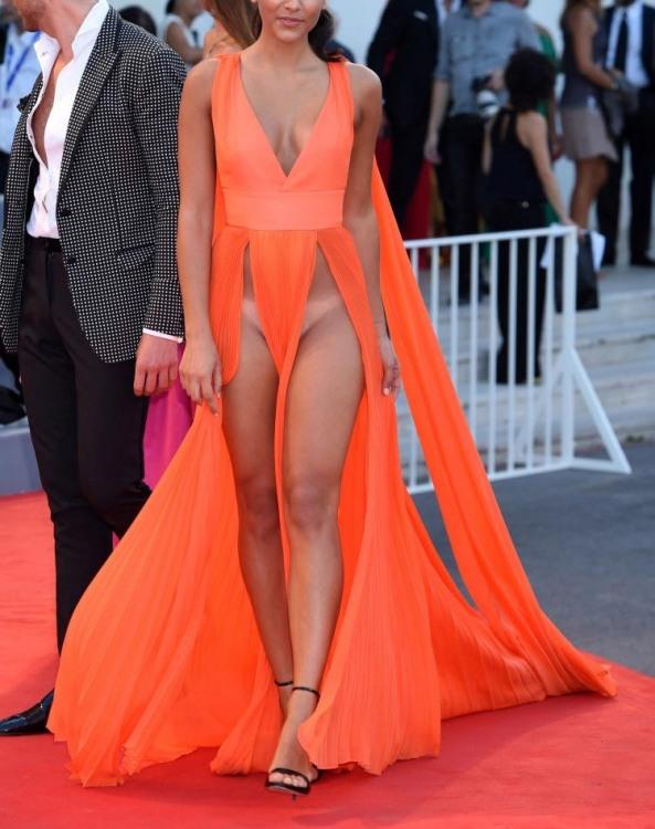 Такое платье носят без трусов