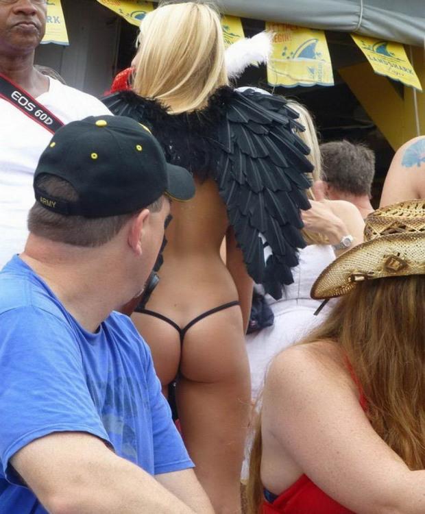 Белый ангел с черными крыльями ... в стрингах