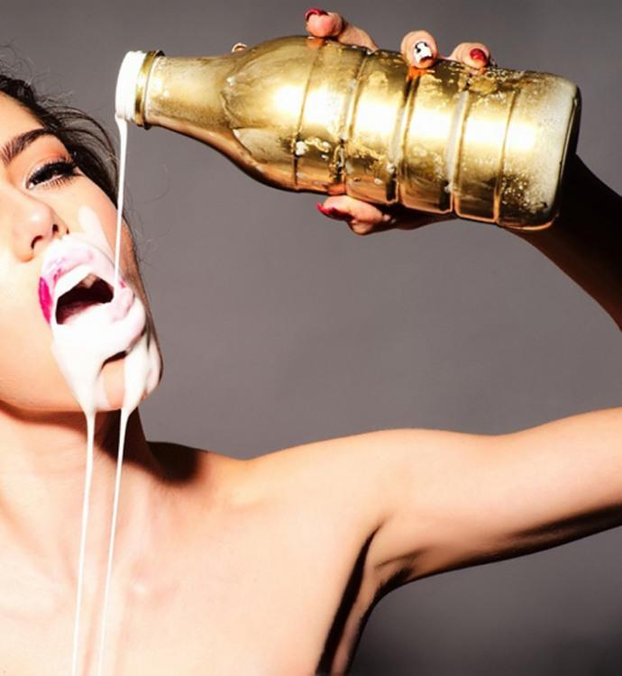 Девушка эротично пьет молоко