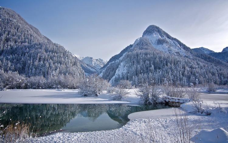 Озеро в горах зимой