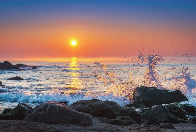 Волна на закате солнца