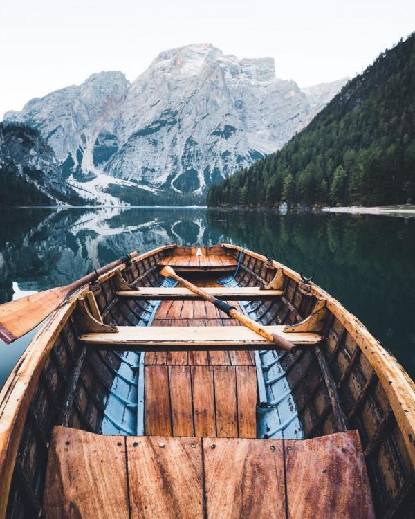 Прогулка по зеркальному озеру на лодке