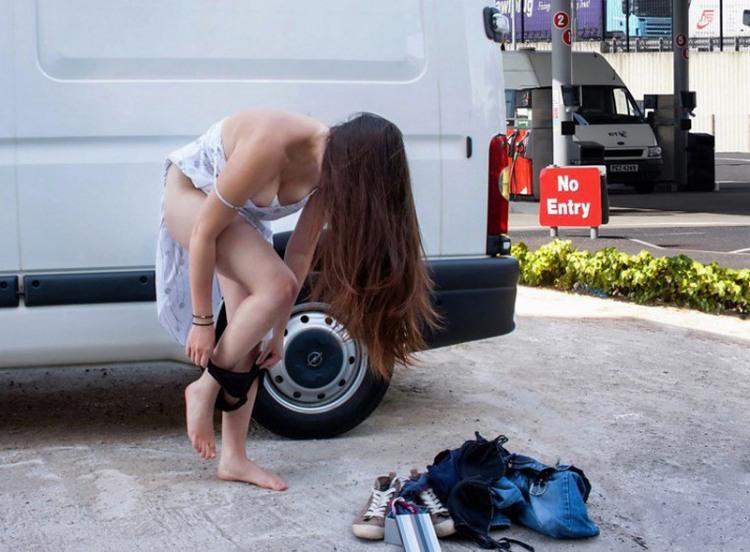 Девушка решила переодется посреди улицы