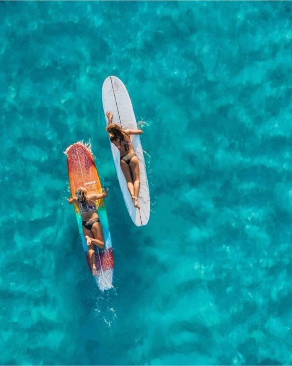 Девушки серфингистки - вид сверху