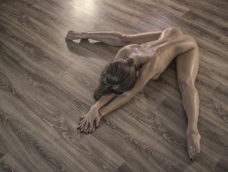Голая девушка на голом полу