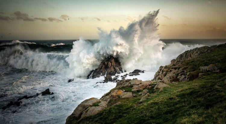 Волна разбивается о камень