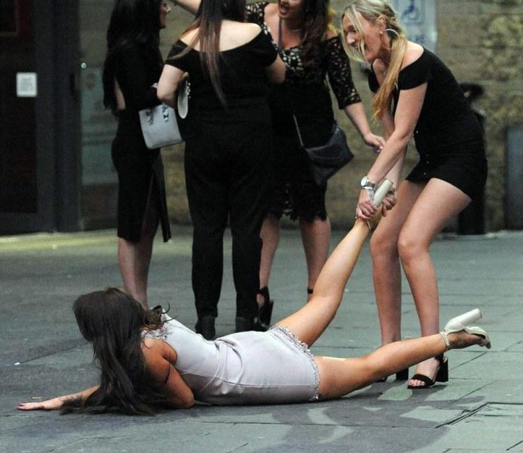 Когда твоя пьяная подруга пытается сбежать
