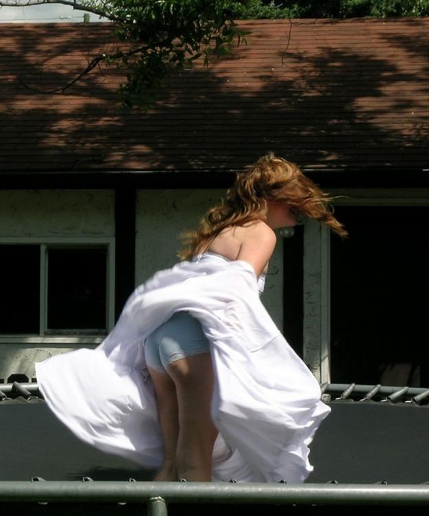 Сильный ветер платье задрал