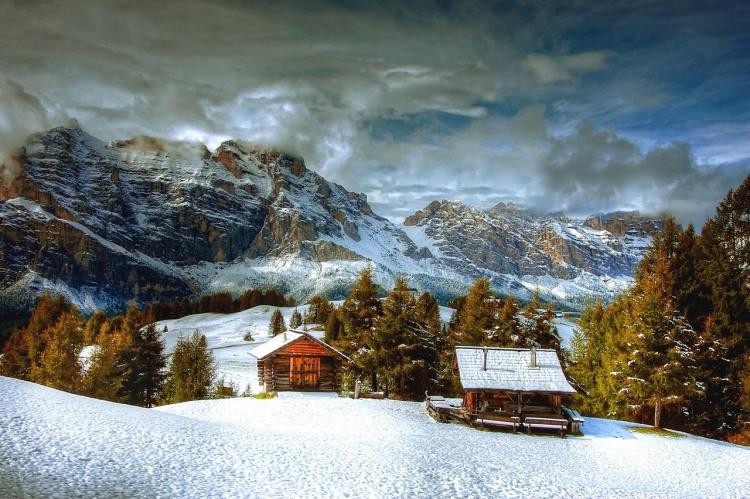Моя хата с краю зимой в горах