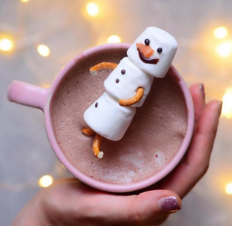 Сладкий снеговик к горячему кофе