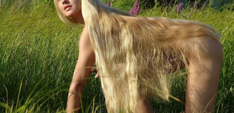 Голая блондинка с роскошными длинными волосами