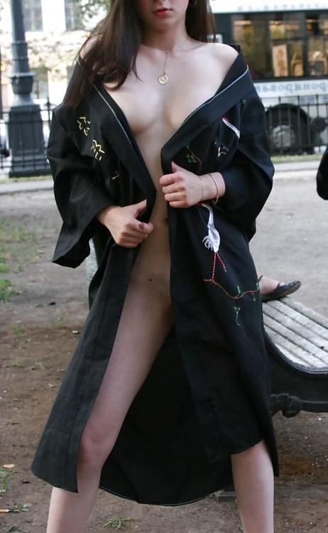 Девушка в плаще