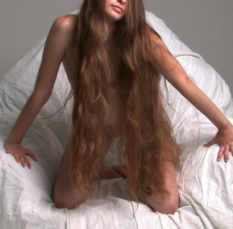 Длинные волосы вместо пеньюара и нижнего белья