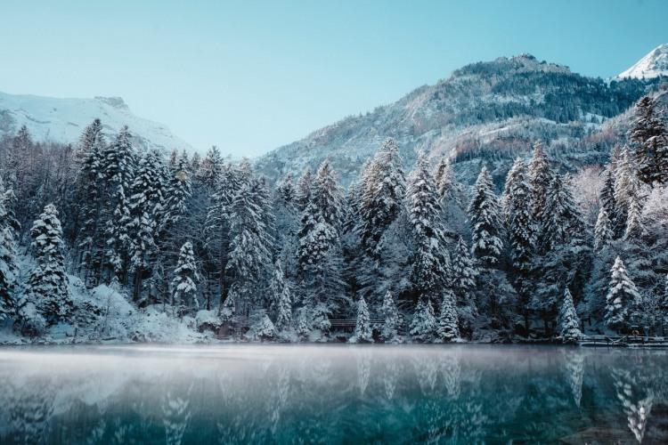 Зимнее озеро в горах