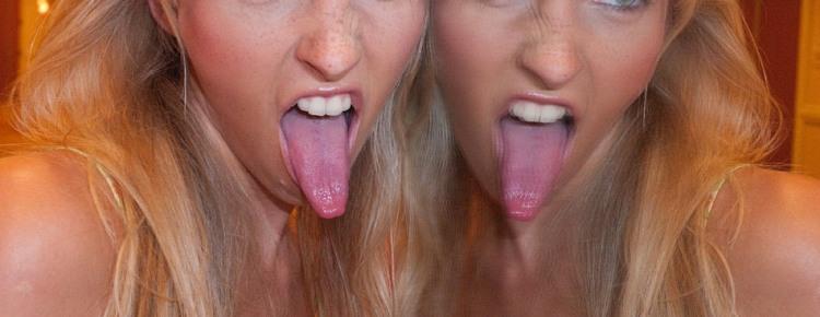 Девушка с очень длинным языком