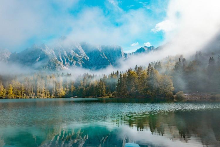 Утренний туман на озере в горах