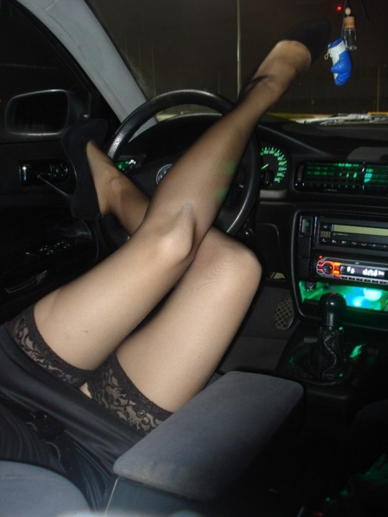 Девушка управляет автомобилем