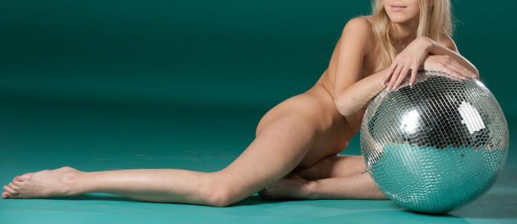 Голая блондинка с шаром