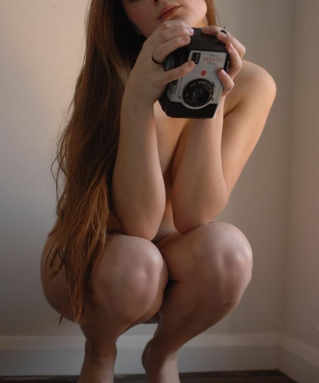 Голая девушка с фотоаппаратом