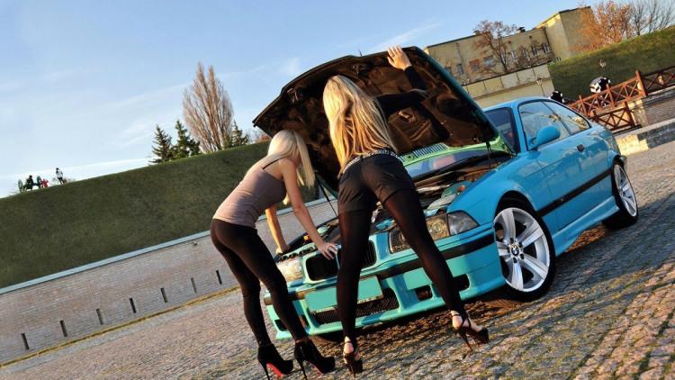 Блондинки чинят BMW