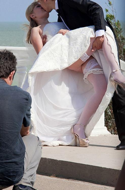 Невеста во время поцелуя - вид снизу