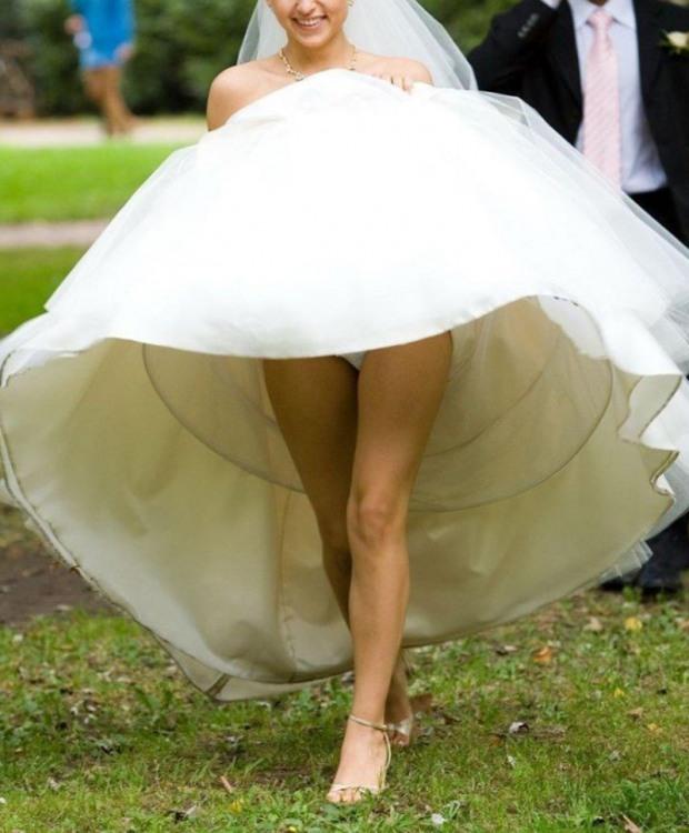 Невеста приподняла платье