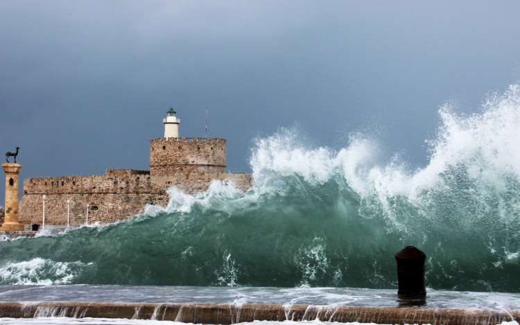 Волны на набережной