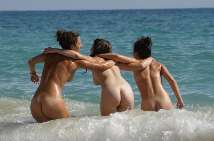 Подруги гуляют по волнам
