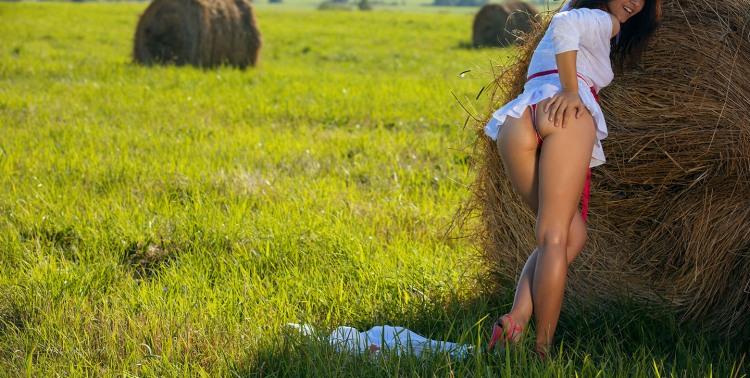 Девушка соблазняет на сеновале