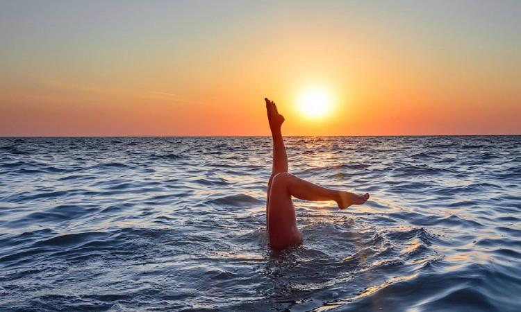 Акробатика в море на закате