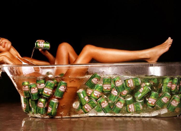 Девушка в ванной с пивом