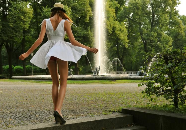 Засвет трусов у фонтана