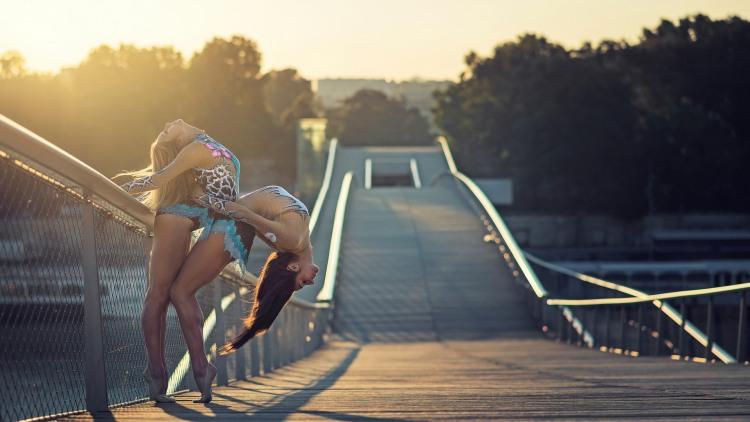 Гибкие девушки на мосту