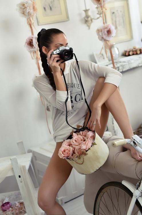 Кастрюля цветов между ног у фотографши