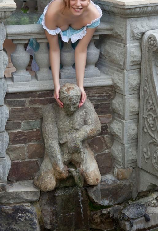 Девушку тянет к статуе