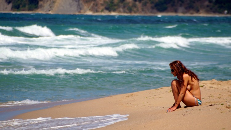 Девушка потеряла купальник при купании и теперь ждет когда волны его вынесут на берег