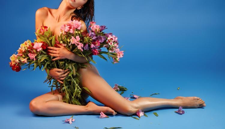 Девушке с большим букетом цветов одежда не нужна