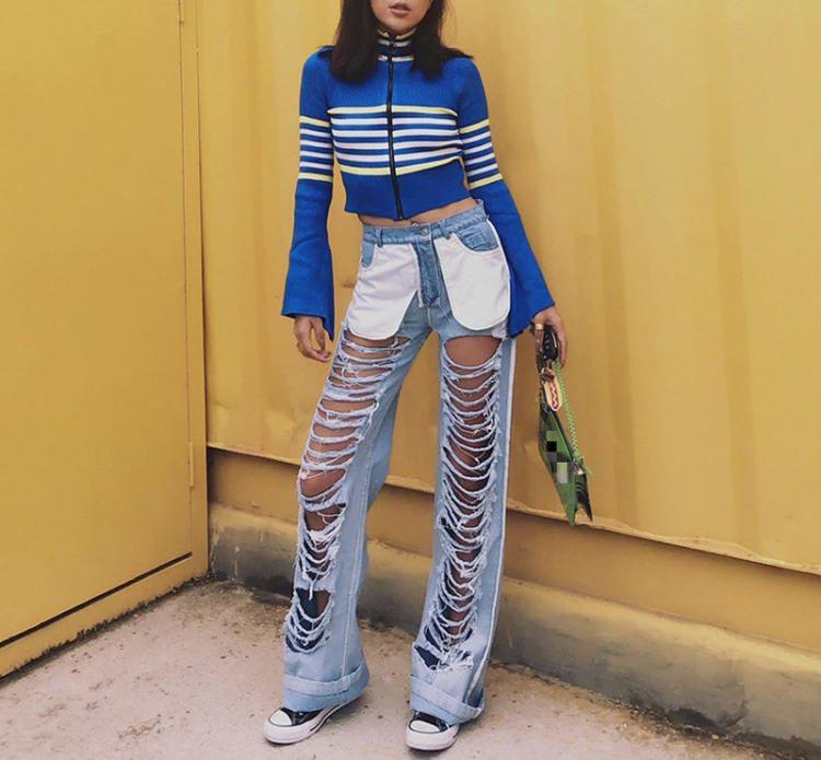 Девушка в джинсах с хорошей вентиляцией