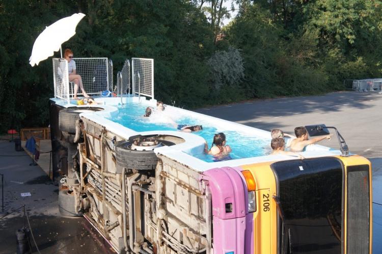 Бассейн в автобусе