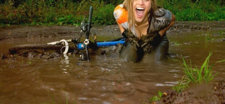 Велосипедистка в грязи