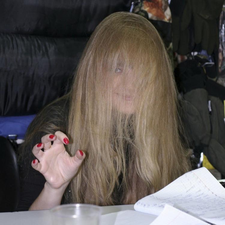 Блондинка спряталась в волосах